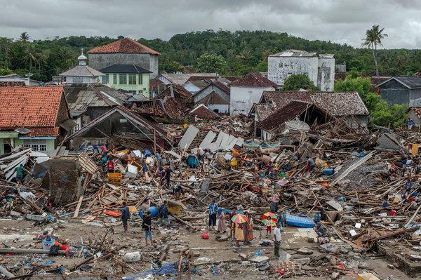 Se incrementan victimas tras tsunami en Indonesia