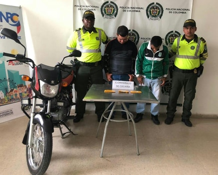 Policía los captura con cocaína en sus zapatos