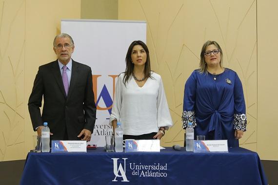Verano y rectora (e) reciben formalmente Acreditación Institucional de la UA