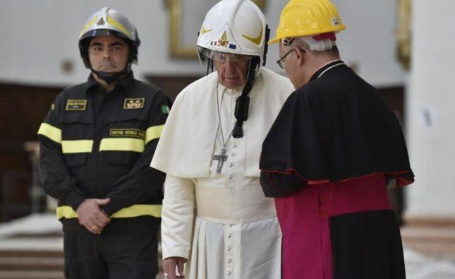 Papa Francisco visitó localidad Camerino tras terremoto en Italia