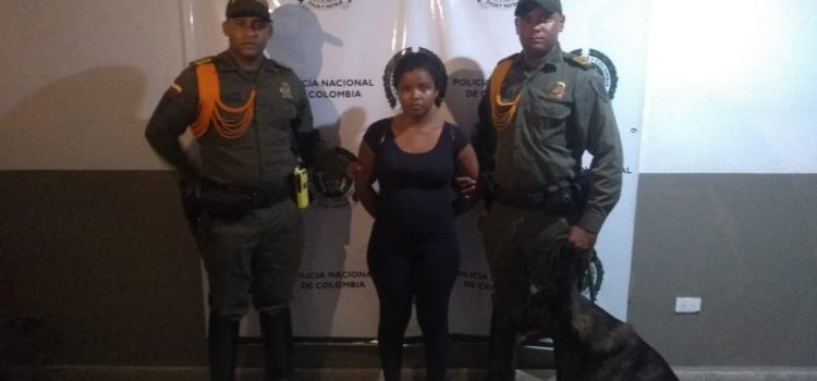 Policía captura a mujer en flagrancia con una libra de marihuana en su poder