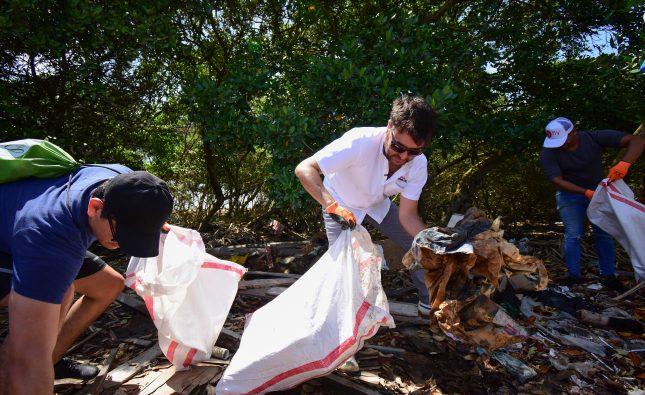 En jornada de limpieza en Puerto Mocho, Jaime Pumarejo promueve cuidado del medio ambiente