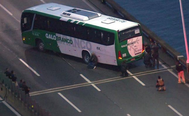 Hombre armado que tomó como rehenes a pasajeros de bus en Brasil fue baleado por la Policía